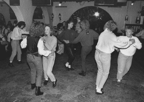 Helt fra starten var det dansegulvet og dansemusikken som trakk ungdommen til Valdis. Gutta måtte gjerne ha en halvliter eller to innabords før de turde by opp jentene, og kvelden ble gjerne avsluttet med rolige «klinedanser» for de heldige.