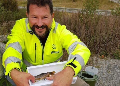 Ruben Pettersen med noe av fangsten fra bekken.