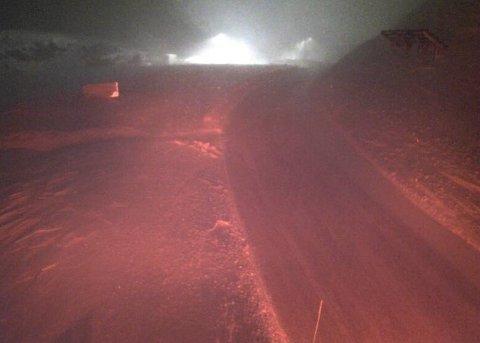 STENGT: Tyin-Årdal er stengt på grunn av uvêr. Biletet syner Tyin bom klokka 06.36 i dag.