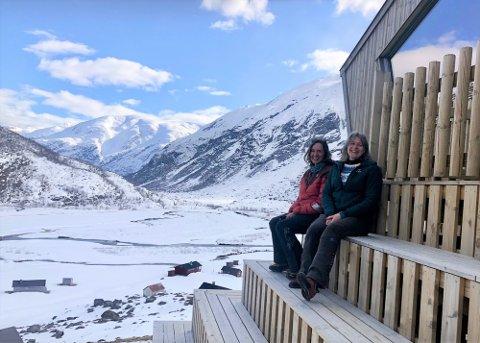MANGLAR KOKK: Randi Bjørnebeth og Laila Hjellvoll tok over som drivarar av Tungestølen turisthytte tidlegare i år. No må dei utsetja den planlagde opninga 11. juni med ei veke, til 18. juni.