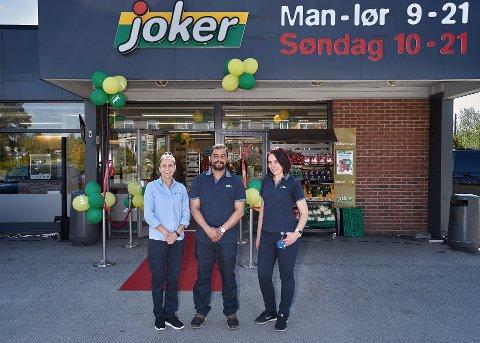 Daglig leder og eier Mudassar Hassan med Danae Reckmann (til venstre) og butikksjef Svetlana Irsina foran den nyåpna Joker-butikker på Ebbestad i fjor..