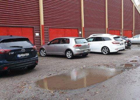 BØTER I FLENG: Tirsdag kveld ble det skrevet ut 12 parkeringsbøter ved tennishallen. Dagen før var det 18 bilister som ble bøtelagt.