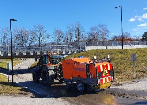 Simon Alme i Steen-Hansen Maskin AS rengjør har akkurat startet arbeidet for Porsgrunn kommune med rengjøring av gang- og sykkelvegene i Kjølnes-området.