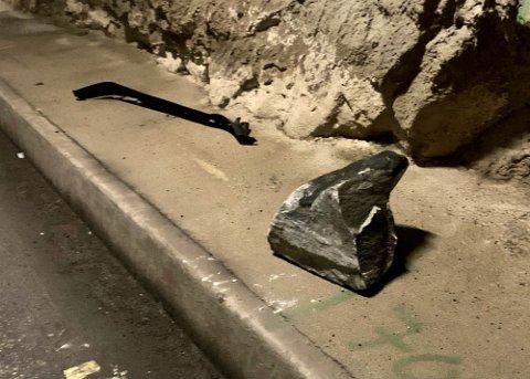 KAMPESTEIN: Steinen skal ha veid mellom 40 og 50 kilo og de totale ødeleggelsene kom på over 200 000 kroner.