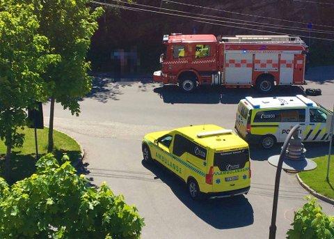 BRANN: Alle kom seg ut da det begynte å brenne i en buss ved sykehuset i Kragerø lørdag ettermiddag. Foto: Privat