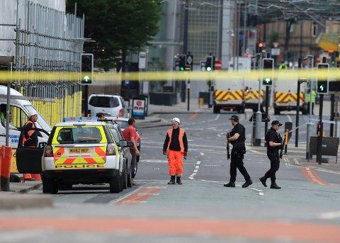 Politiet sperret av et stort område rundt the Manchester Arena etter eksplosjonen. (Foto: Peter Byrne/ AP)