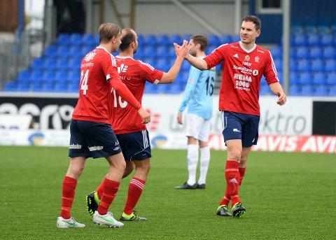 Her blir KFKs tomålsscorer Jan Roger Angvik (i midten) gratulert av spisskollega (og tidligere KBK-spiller) Bjørnar Bugge etter 2-0 mot Averøykameratene.