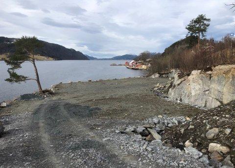 MÅ FLYTTES: Surnadal kommune har avdekket to avvik etter tilsyn ved rorbu- og nausttomtene på Årnes. Veien ned til rorbu- og nautstomtene må flyttes noen meter bort fra sjøkanten, og et friområde må tilbakeføres som friområde.