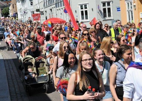 PRIDE: I fjor gikk hundrevis av deltagere i Pridetoget i Tønsberg. I år vil arrangementet foregå digitalt.