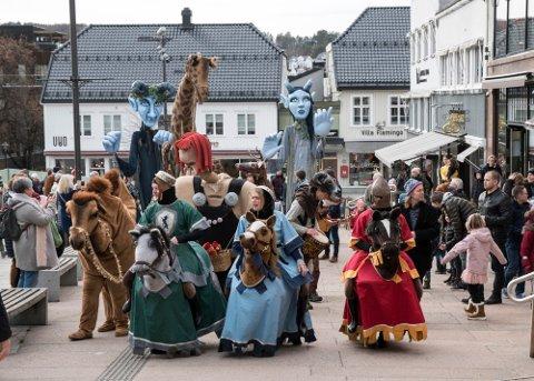 SUKSESS: Figurparaden gjennom Tønsberg sentrum lørdag formiddag ble fulgt av flere hundre mennesker.