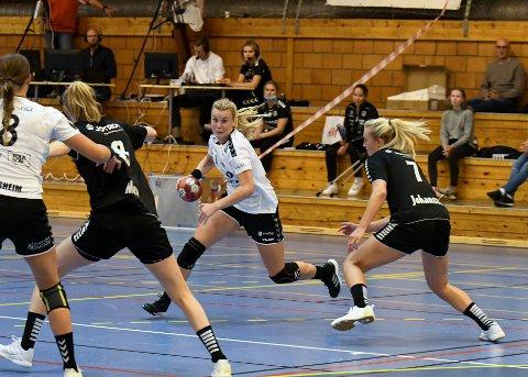 HÅNDBALLKAMP: Mari Finstad Bergum viste virkelig frem skuddarmen i lørdagens kamp mot Aker, og ble også kåret til banens beste spiller.