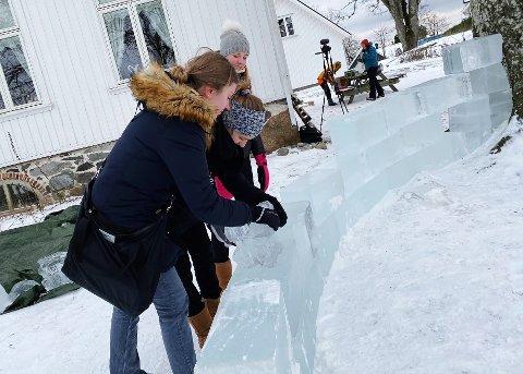 KALDT: Victoria Hasund (fra venstre), Sabina Bajramovic og Matilde Linnebjerg fikk prøve seg på iskunst torsdag formiddag, de gleder seg til å se den ferdige installasjonen neste uke.