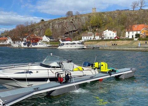 PUMPET VANN: Mannskapet tok i bruk lensepumpe og fikk tømt båten for vann.