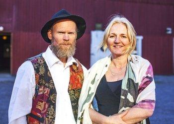 HOLT GÅRD: Roar Lefsaker og Rakel Skjerve gleder seg til å arrangere konserter og andre begivenheter som samler folk på gården sin.