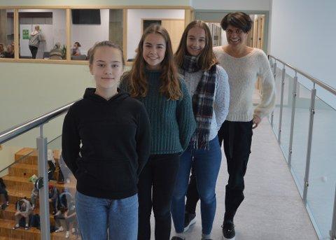 GOD START: Styret i elevrådet (f.v)Kaia Nordbeck(sekretær), Randi Dørum Haugen(nestleder), Liv Røstøen(leder) og rektor Hanne Marken Dalby er alle fornøyde med oppstarten på den nye ungdomsskolen.