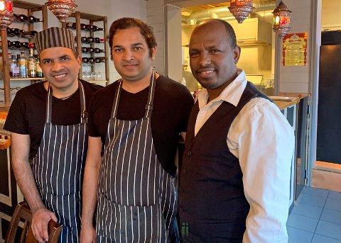 BACK IN BUSINESS: Daglig leder Akbar Mohammad, kokk Asgahr Mohammad og styreleder Maekele Ghebremeskel Bokretsion er gjenåpnet etter seks uker med stengte dører i Storgata. Nå håper de at tromsøværingene igjen finner veien til den indiske restauranten.
