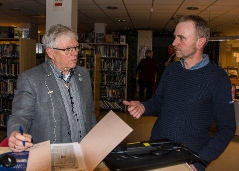 Ole Tom Ellingsen fra Sandøya var en av mange som benyttet anledningen til å få en prat med Frank Thorsen. Ellingsens far var krigsseiler. (Foto: Guttorm Eskild Nilsen)