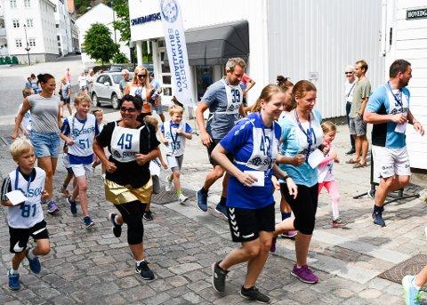 Trine Andresen Espeland (nr. 49) bestemte seg for å gjøre det tunge løpet morsomt,så hun lagde seg like godt en sponsorløpkjole i gull!