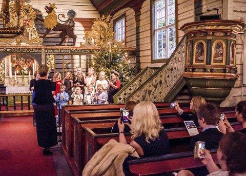 Julegudstjeneste: I Dypvåg kirke er pågangen stor. Nå er det bare 20 plasser igjen, så dersom du ønsker å få med deg gudstjenesten her på julaften, er det lurt å hive seg rundt. Dette bildet er fra julegudstjenesten for noen år siden. Arkivfoto
