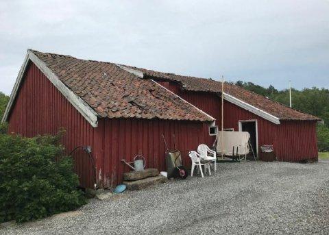 Dårlig tilstand: Marianne Fløistad ønkser å rive denne låven på Eidbo og oppføre et nytt bygg på de gamle murene. Politikerne i Tvedestrand avgjør søknaden i dag.