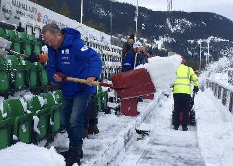 Måket snø: Tirsdag stilte 16 seniorer for å fjerne snøen på sittetribuna på Blåbærmyra.
