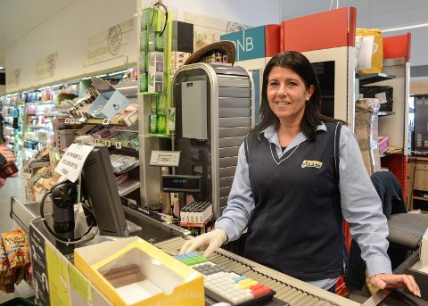Butikksjef Monica Litangen ved Joker Ryfoss har god kontroll på vareflyt og smitteverntiltak.
