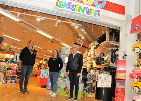Overtar: Mandag 15. juni overtar Tonje Hålien (i midten) Lekesenteret offisielt, og hun får med seg Monika Flesvik (t.v.) videre. T.h. står Kari Kårbø-Erichsen, som selger butikken etter nærmere 25 år.