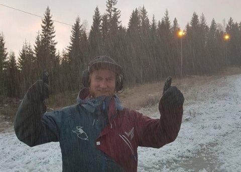 KANONFORHOLD:Driftssjef Joachim Sørlie i Varingskollen med tomlene opp da snøproduksjonen startet opp torsdag morgen.