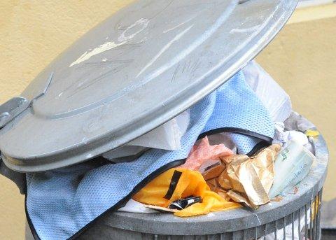 FYLLES PÅ ET BLUNK: Søplekasser ved turveiene er etterspurt, men det er mye jobb med å tømme dem. Derfor er idrettslagene tilbakeholdne med å sette dem ut.