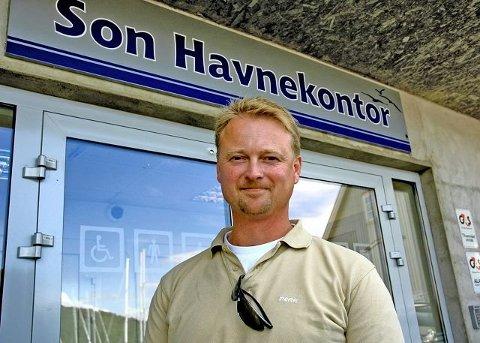 BEKYMRET: Havnesjef Roger Finstad sier at fuktskadene og midlertidige kontorer skaper utfordringer.