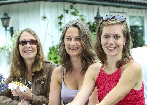Sommerfest: Gro Nørstebø (f.v.), Linda Maria Lorvik og Emilie Dahlèn var blant dem som hygget seg under årets sommerfest på Nesoddtangen gård.Foto: Staale Reier Guttormsen