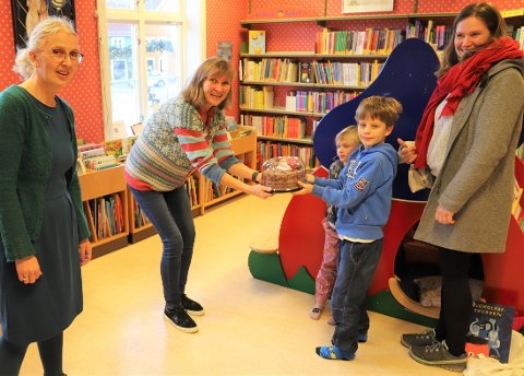 Sunniva (5), Sindre(8) og mamma Kaja Tontum (37) synes biblioteksjef ved Frogn bibliotek, Torild Berg, (f.v.)bibliotekar Helenestubberud burde bli hedret som hverdagshelter. Da stilte Amta med kake.