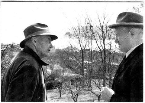 MIMRER: Einar Wilhelmsen (til venstre) og oberst Birger Eriksen fotografert i 1956 i forbindelse med at Rolf Kirkvaag og Filmavisen gjorde opptak.