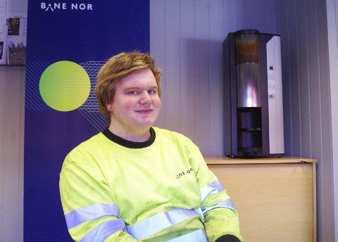 PÅ KONTORET: Karsten S. Jordet er lærling hos Bane Nor, og tar seg tid til en kaffekopp med Retten selv om det er nok snø å gyve løs på ute. Foto: Tonje Hovensjø Løkken