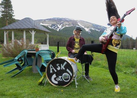 HÅRREISENDE ROCK: Karoline Strømshoved og Ask T. Borge i Ask Carol med mektige Tronfjell i bakgrunnen.
