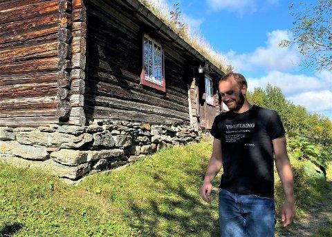 HJEM: Komponist og organist Amund J. Røe har bytta ut by og asfalt med tømmerstue og kulturmark.