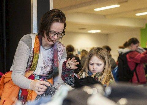 GJENBRUK: Line Mari Ødegård og datteren Alva Hermine Ødegård Eriksen (7) fra Ås titter på barneklær. Foto: Eirik Løkkemoen Bjerklund