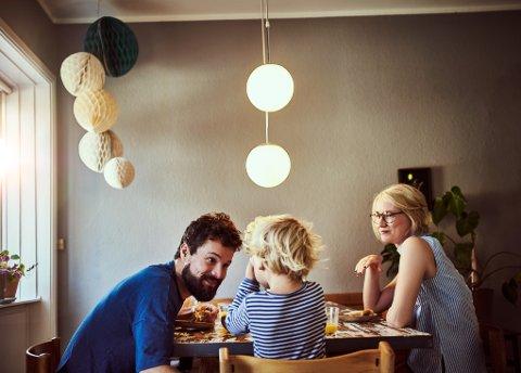 Barn elsker å leke med voksne, men voksne må også ha litt tid. Her er noen aktiviteter for å fylle hjemmetiden.