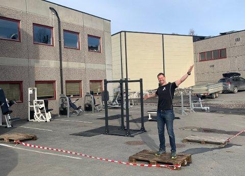 UTETRENING: Roddy McLeod har flyttet treningsapparater ut, for å kunne fortsette tilbudet i Ås da treningssentrene måtte stenge dørene.