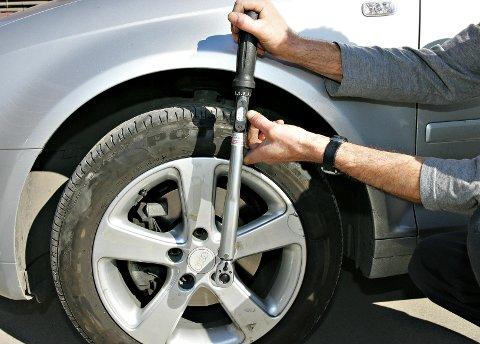 GJØR FEIL: Mange bilister gjør ikke jobben med dekkskifte godt nok. Det kan bli særdeles dyrt.