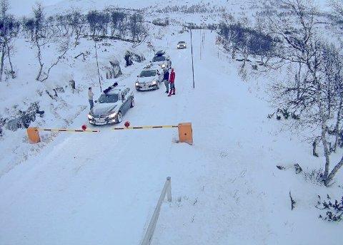 Mange fjelloverganger i Sør-Norge har vært stengt på grunn av uvær. Her er det bommen ved Leiro langs riksvei 7 som er stengt.