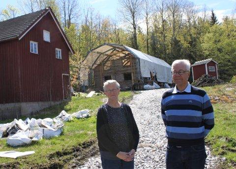 KOMPLEMENTERER: Vigdis Haugeto Strat (t.v.) og Kristen Strat har tatt på seg prosjektet med å reise den gamle skolen tilbake på muren den ble fjernet fra i 1918.