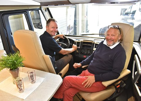 Geir Holm og Konrad Sel på den store caravanmessen.