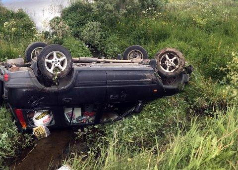 Bilen endte på taket i ei elv etter utforkjøringa.