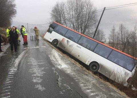 Bussen sto i en 45 graders vinkel etter utforkjøringen.
