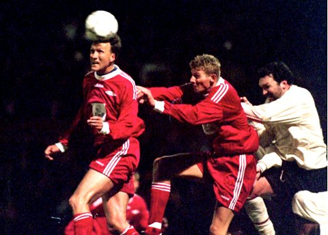Geir Hasund , Tore Andre Flo og Liverpools Neil Ruddock i kvartfinalen i cupvinnercupen i 1997 .