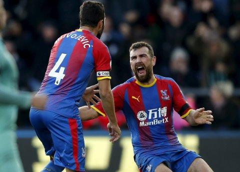 Crystal Palaces Luka Milivojevic (t.v.) og  James McArthur har fått opp dampen. (AP Photo/Frank Augstein)