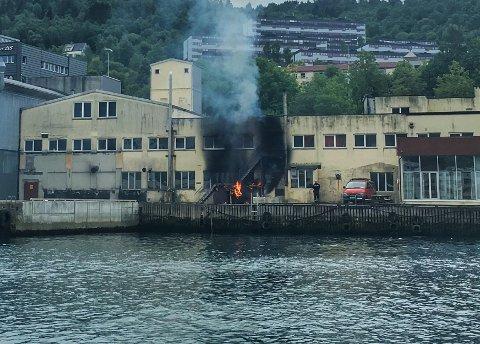 Det brant i en kasse på baksiden av et kontorbygg.