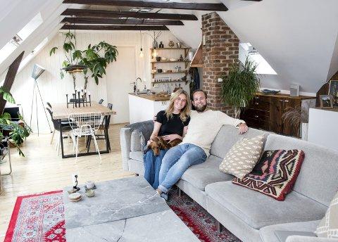 Lise Abrahamsen og Alexander Fabian Andresen, her sammen med hunden Max, kjøpte loftet i Hans Tanks gate i 2017. Før de flyttet inn, fjernet de et soverom for å få det store oppholdsrommet de hadde ønsket seg. FOTO:  SKJALG EKELAND