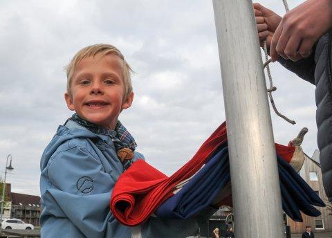 Tidlig oppe: Aslak (6) var blant speiderne som heiste flagget i Randaberg sentrum på nasjonaldagen.